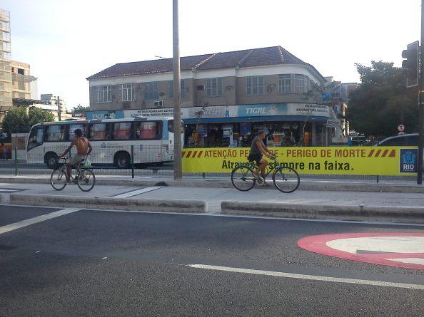 Em poucos minutos, pude avistar vários ciclistas passando pelo corredor. Nos faz refletir por que a ciclovia na região  não foi feita.