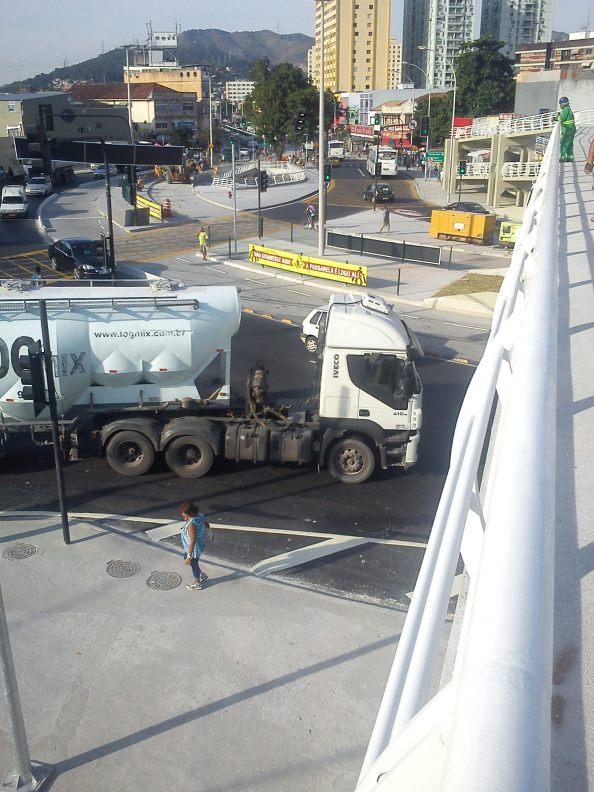 Passarela dos Caminhões. Reza a lenda que ela foi medida com relação ao chão antes de fazer o asfalto.