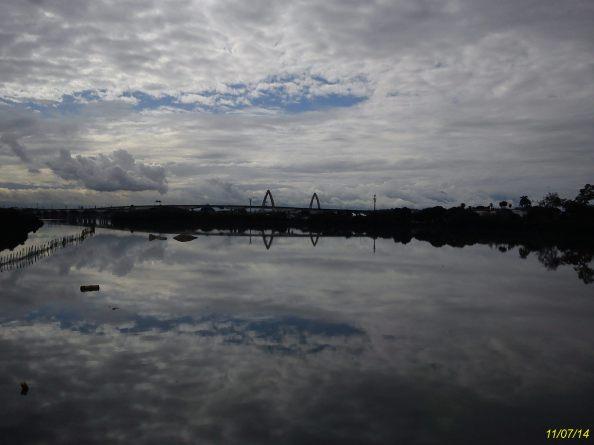Bela paisagem da Baía de Guanabara e a ponte estaiada da Ilha