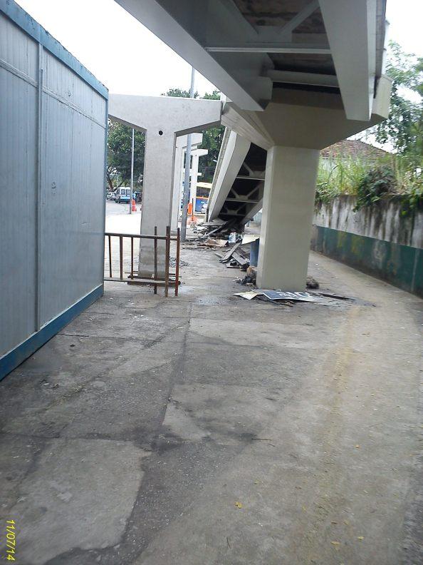 Uma passarela do lado da outra?