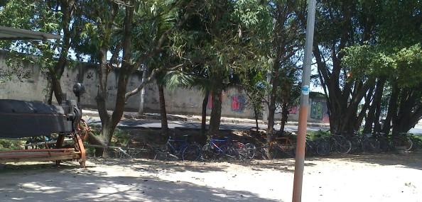 Bicicletário da Gardênia desabando pra dentro do rio