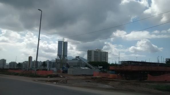 Viaduto em construção próximo ao Riocentro
